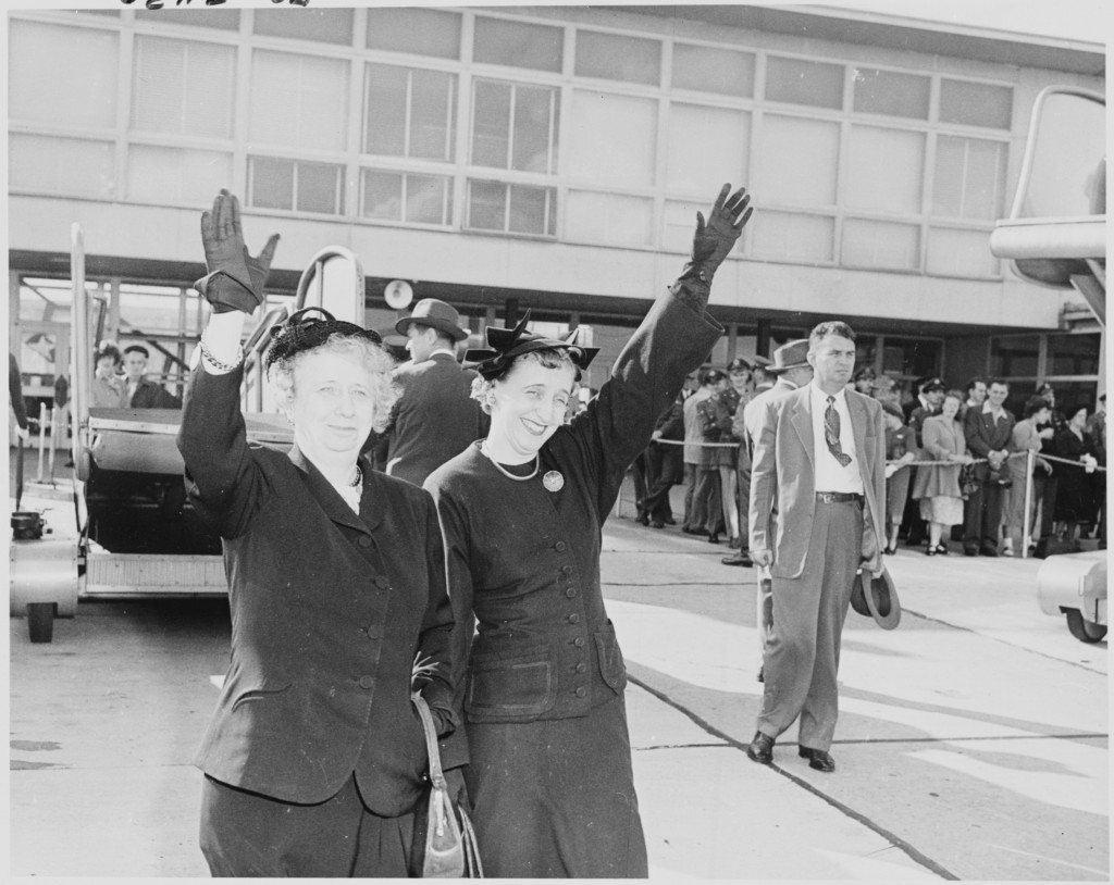 Photograph_of_First_Lady_Bess_Truman_and_Margaret_Truman_waving_goodbye_to_the_President_as_he_leaves_Washington..._-_NARA_-_200244